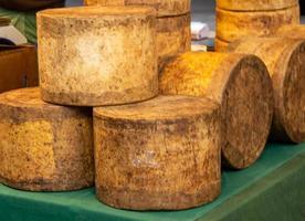 Käselaibe auf einem Markt in London England foto