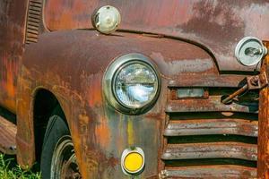 Scheinwerfer und Grill eines alten rostigen Lastwagens foto