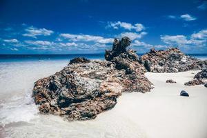 Blick auf den Strand mit dem Felsen in der Insel foto
