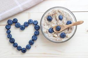 Frühstück mit Haferflocken mit Blaubeeren als Symbol des Herzens foto