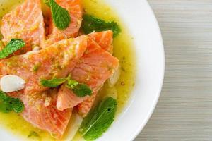 frischer Lachs roher würziger Meeresfrüchtesalat foto