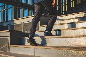 Geschäftsleute gehen die Treppe hoch foto