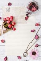 Blütenblätter Briefumschlag Taschenuhr Rose foto