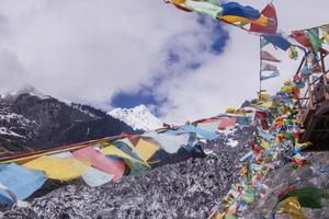 meili schneeberg bunte gebetsflagge kawa karpo in yunnan china foto