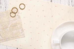 stock photography flach legen Text Briefumschlag Kaffeetasse und Ringe foto