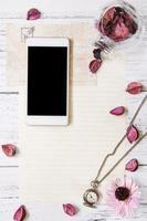 Blütenblätter Briefumschlag Glasflasche Smartphone Mock-Up Taschenuhr foto