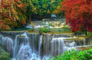 Huai Mae Khamin Wasserfall schön im Regenwald foto
