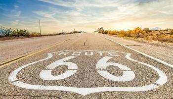 Route 66 Schild mit blauem Himmelshintergrund. foto