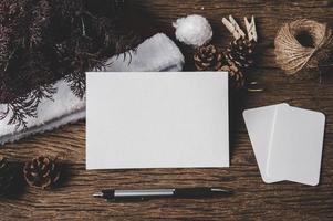 Eine leere Karte und ein Stift werden auf Holz gelegt. foto