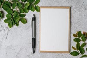 eine leere Karte mit Umschlag, Stift und Blatt wird auf weißem Hintergrund platziert foto