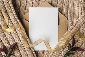 eine leere Karte wird auf Umschlag und Pullover gelegt foto