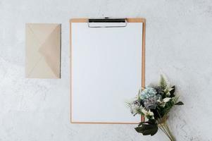 Briefpapier, Briefpapier und Blumen auf weißem Hintergrund. foto