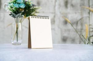 a Bücher und Vasen auf dem weißen Boden. foto