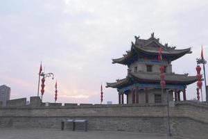 berühmte chinesische antike architektur steinstadtmauer in xian china foto