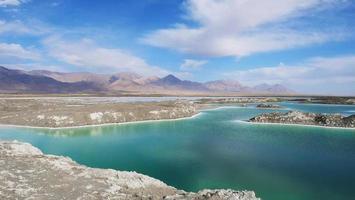 schöne naturlandschaftsansicht des smaragdgrünen salzsees in qinghai china foto