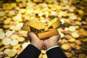 Goldbarren zur Hand foto