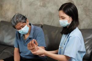 Ärztin Physiotherapie bei älteren männlichen Patienten. foto