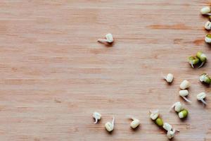 Mungobohnensprossen auf dem Tisch verstreut, Ansicht von oben foto