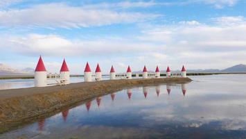 schöner landschaftsblick klarer transparenter see in qinghai china foto