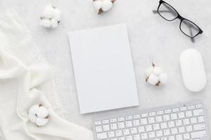 Schreibtisch Tisch Draufsicht mit Bürobedarf foto
