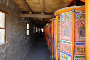 Gebetsmühle in Arou da Tempel in Qinghai China. foto