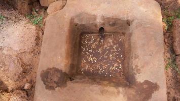 Steinbecken zum Waschen von Knochen beim buddhistischen Khmer von Pre-Rup Siem Reap foto