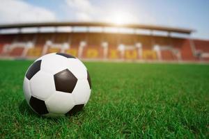 Fußball auf Gras mit Stadionhintergrund foto