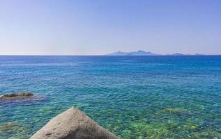 panorama von türkisfarbenem wasser küstenlandschaften insel kos griechenland. foto
