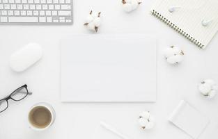 Schreibtisch Tisch Draufsicht mit Bürobedarf, weißer Tisch foto