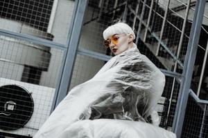 Ökologie-Konzept. Mädchen mit Plastikfolie. Stadtstil. foto