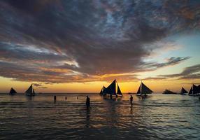 Sonnenuntergang mit Segelbooten und Touristen in Boracay Island Philippinen foto