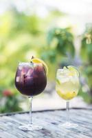 Rot- und Weißwein-Sangria-Cocktailgetränke draußen foto