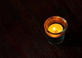 Kerzen in einem kleinen Glas, Kerzenlicht Nacht foto