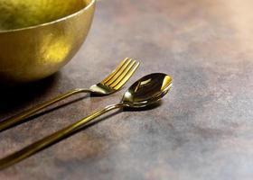 Silberlöffel und Silbergabel am Restauranttisch foto