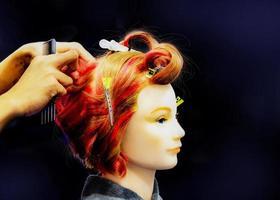 Haare färben, Frisuren auf Kopfattrappe des Friseursalons foto