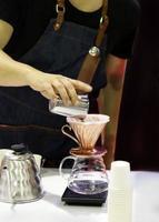 Barista arbeitet in einem Café foto