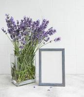 ein Strauß Lavendel im Inneren einer Küche. foto