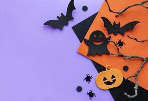 Sammlung von Halloween-Party-Objekten, die einen Rahmen bilden foto