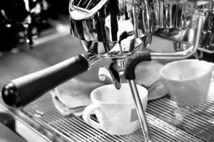 Espresso aus der Kaffeemaschine im Café geschossen foto
