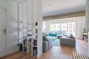 modernes Wohnzimmer mit Kamin, graue Sofas Glastür zur Terrasse. foto