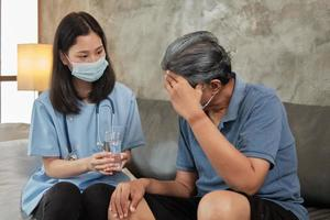 Arzt mit Trinkglas, Patienten helfen, Medizin einzunehmen. foto