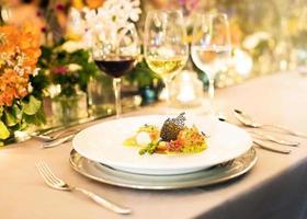 servierter Tisch im Restaurant, Abendessen im Restaurant foto