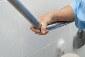 asiatische ältere Frau Patient benutzt Toilette Badezimmer foto