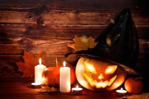 Fröhliches Halloween. Kürbis im Hexenhut foto
