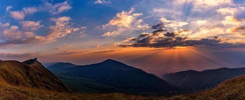 schöner sonnenuntergang auf dem mon chong mount, chiang mai, thailand. foto