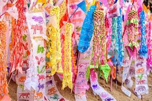Papierflagge auf Sandpagode in Songkran Festival Chiang Mai, Thailand. foto