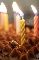 festlicher Hintergrund mit brennenden Kerzen im Kuchen foto