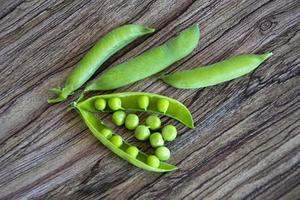 grüne Erbsenschoten. Kletterpflanzen mit Schoten. foto