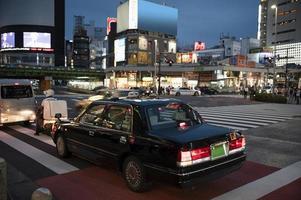 Leute, die Autos Stadtstraße fahren foto