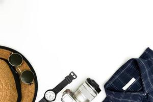 Herrenkleidung mit braunen Schuhen, blauem Hemd und Sonnenbrille foto